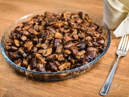 Пържени пилешки сърца с гъби и лук в масло - снимка на рецептата
